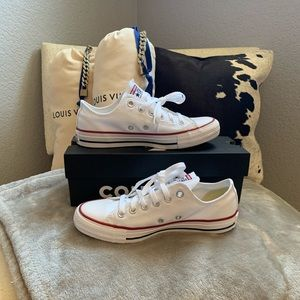 White Low Top Converse 👟